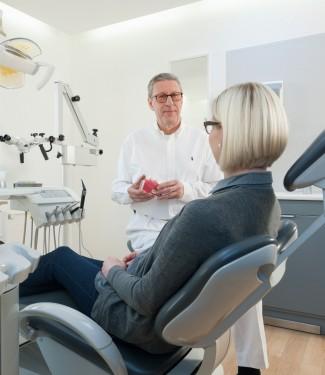 Dr. Wolfgang Meyer bei der Patientenberatung.
